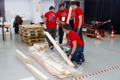 studenci podczas budowy konstrukcji mostu