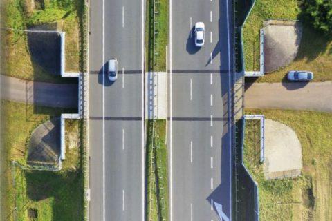 Zdjęcie, widok z góry, droga szybkiego ruchu nad przepustem drogi serwisowej.