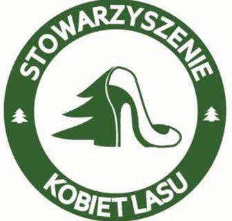 grafika, logo stowarzyszenie kobiet lasu, połowa drzewa iglastego w kolorze zielonym dopełniona butem typu szpilka