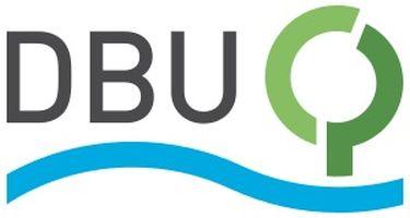 logo, na białym tle litery DBU, pod spodem niebieska falowana linia, obok zielony, przerwany okrąg