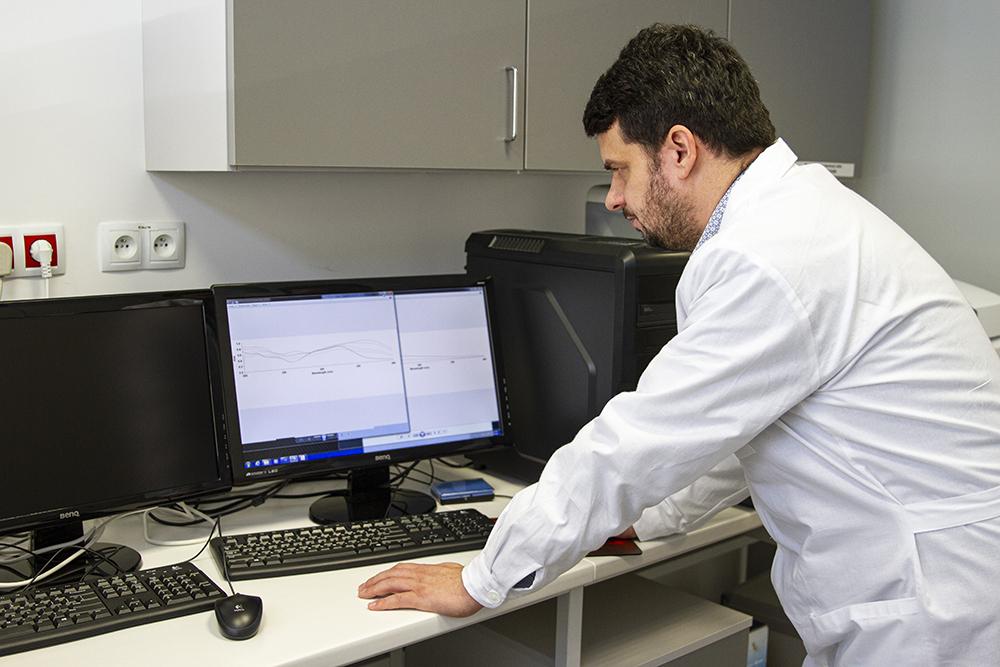 fotografia, dr inż. Grzegorz Świderski przy ekranie komputera