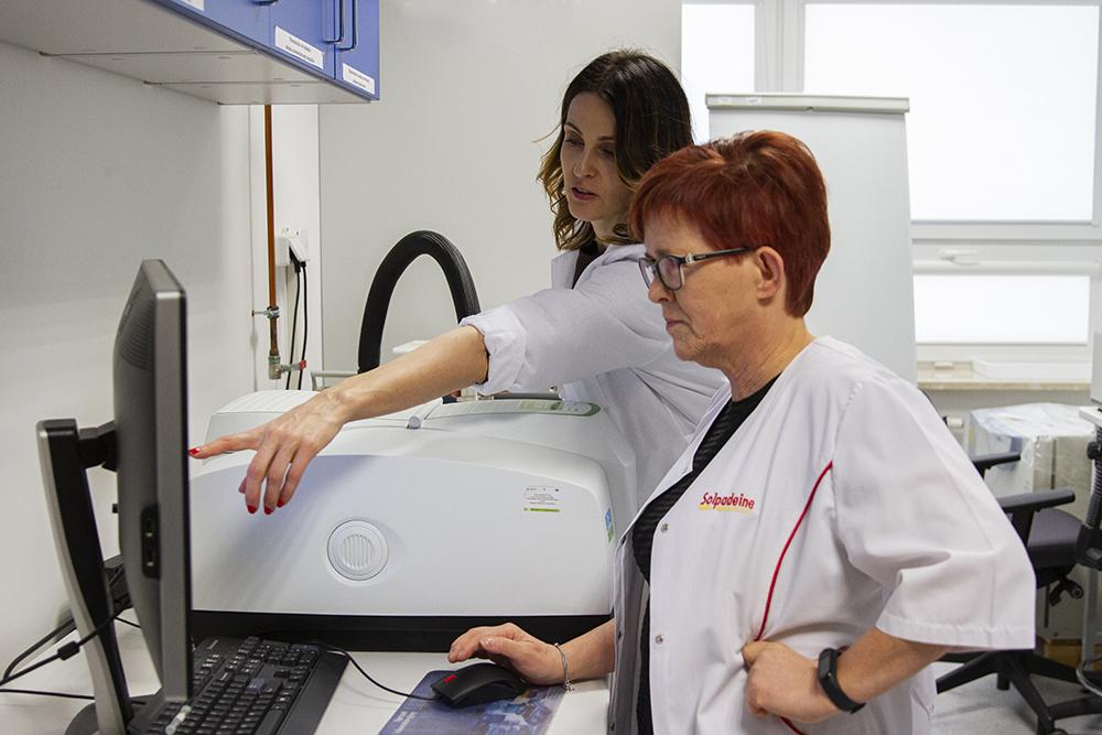 fotografia, dr hab. Monika Kalinowska oraz dr hab. Mariola Samsonowicz przy aparaturze pomiarowej