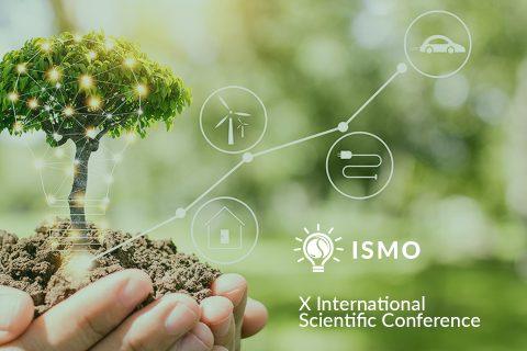 Logo ISMO, zielone drzewko na dłoni, biała żarówka, napis ISMO