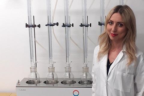 Dr inż. Joanna Kazimierowicz i zestaw eudiometrów do oznaczania uzysku biogazu